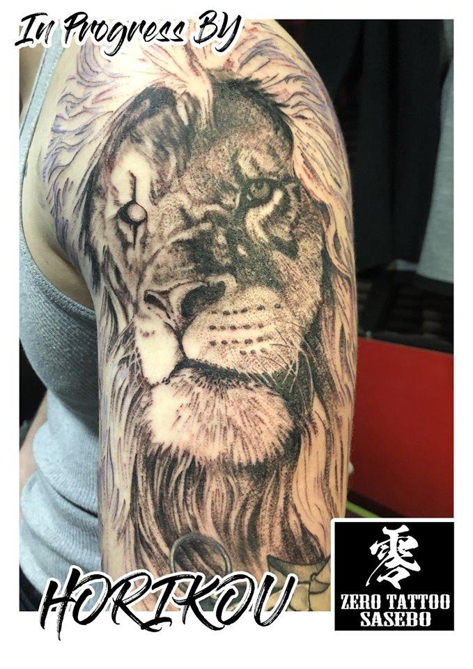 ライオンのブラック&グレイタトゥー