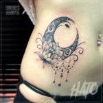 月下美人と月の女性向けタトゥー